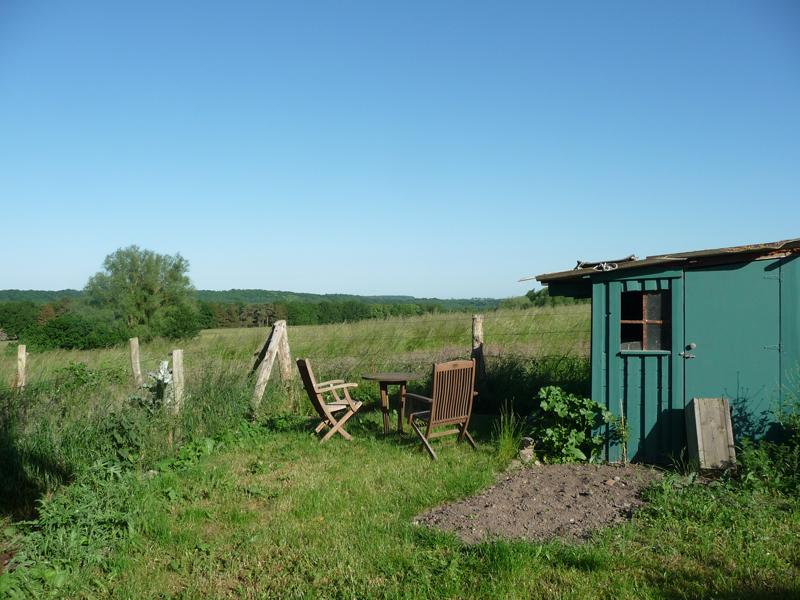 Sitzplatz an der Gartenhütte