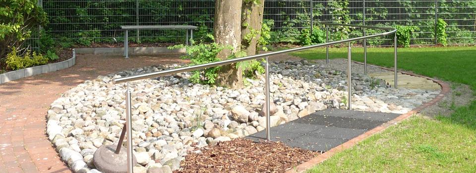 Barfußpfad mit Edelstahl-Handlauf, Länge der einzelnen Felder 2m, Therapiegarten im MCH, Hamburg
