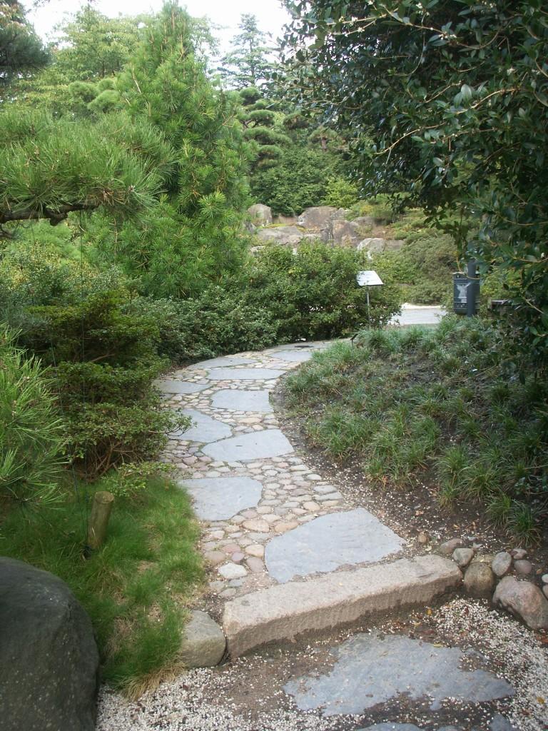 Gepflasterter Weg mit Natursteinbelag