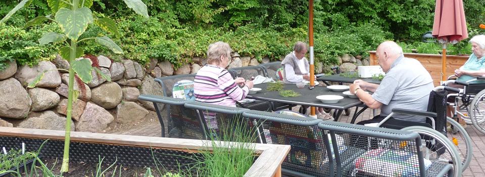 Gartentherapeutische Gruppe im Röpersberg, es wird Thymian gerebelt, der anschließend für den Winter getrocknet wird