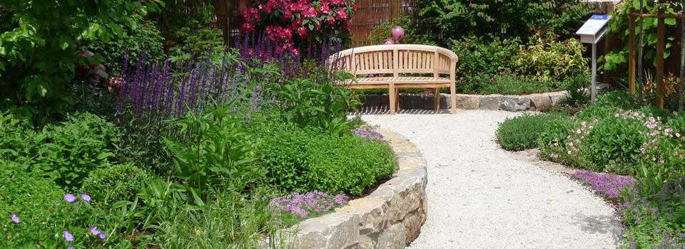 Sitzplatz an einem erhöhten Beet, Mustergarten auf einer Landesgartenschau