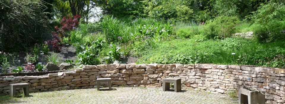 Schöne Naturstein-Schichtmauer an einem Senkgarten mit Sitzplatz - Bildungsstätte Gartenbau, Grünberg