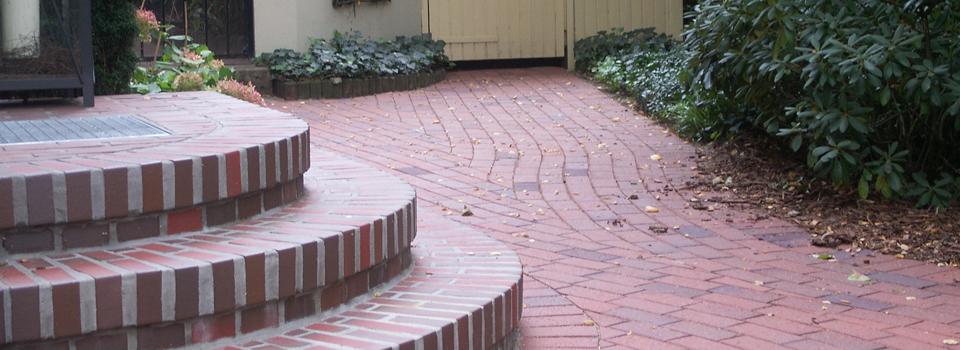Nach der Umgestaltung - rundes, gemauertes Eingangspodest