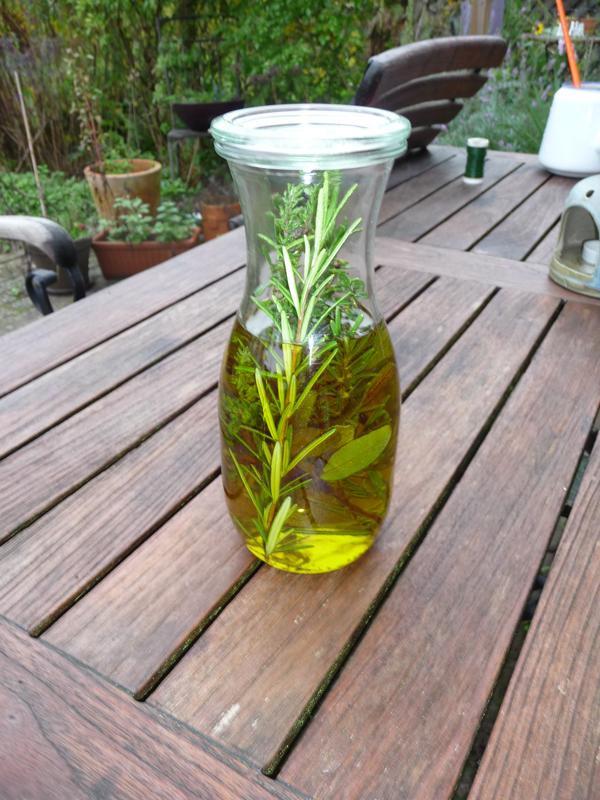 DIY Kräuteröl in weithalsiger Flasche