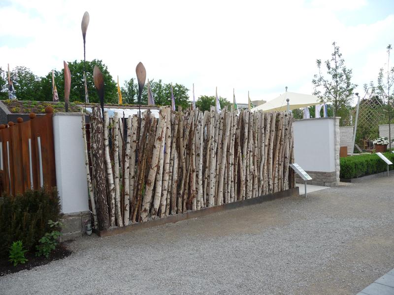 Sichtschutzwand aus Birkenstämmen
