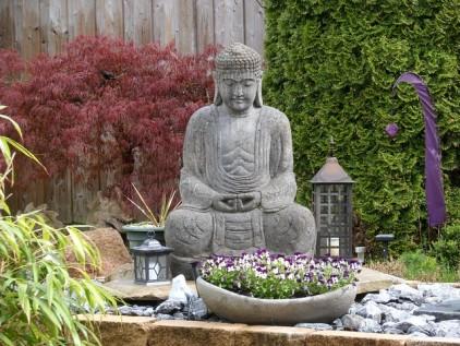 Wellnessoase Buddha im Garten