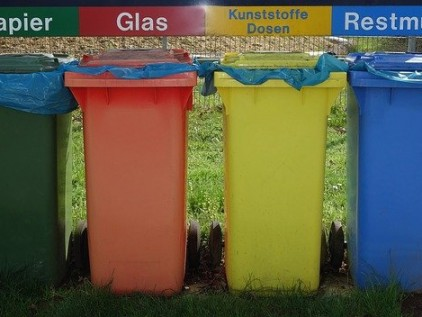 Verschiedenfarbrbige Mülltonnen