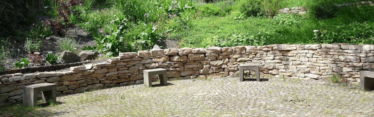 Gartencoaching_runder Sitzplatz aus Natursteinen